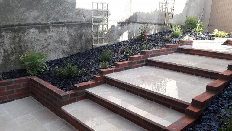 Escalier et massifs -Travertin calcaire et briquettes rouges