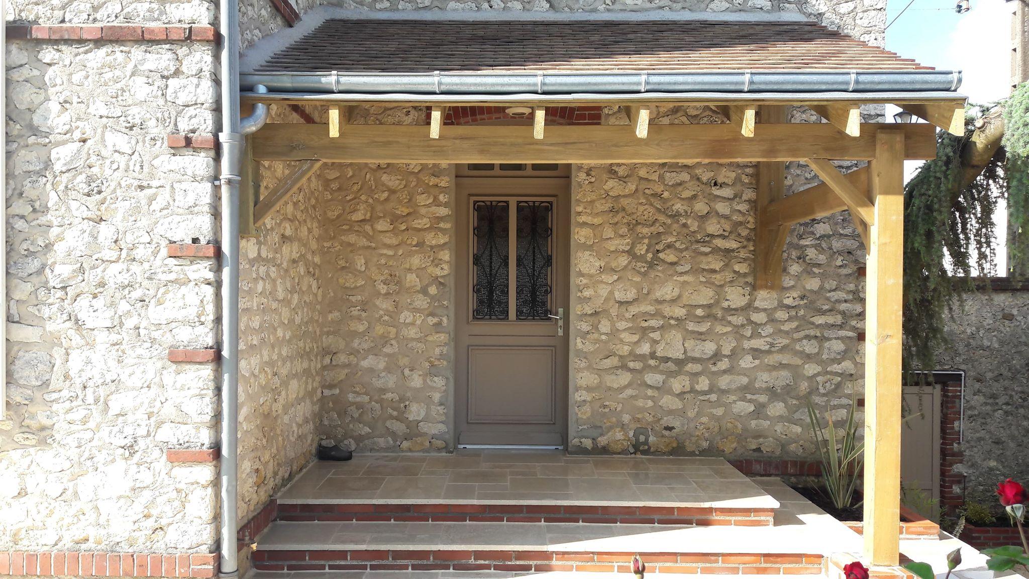 Perron devant une porte d'entrée et appenti bois - Travertin calcaire et briquettes rouges