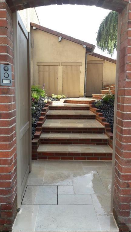 Escalier -Travertin calcaire et briquettes rouges
