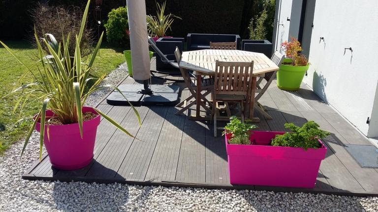 Pots colorés sur une terrasse