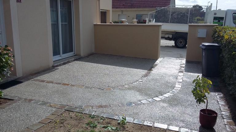 Béton désactivé gravillons roulés et pavés de rue en grès