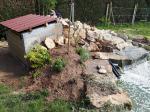 Local technique abritant filtration et pompes intégré derrière la cascade