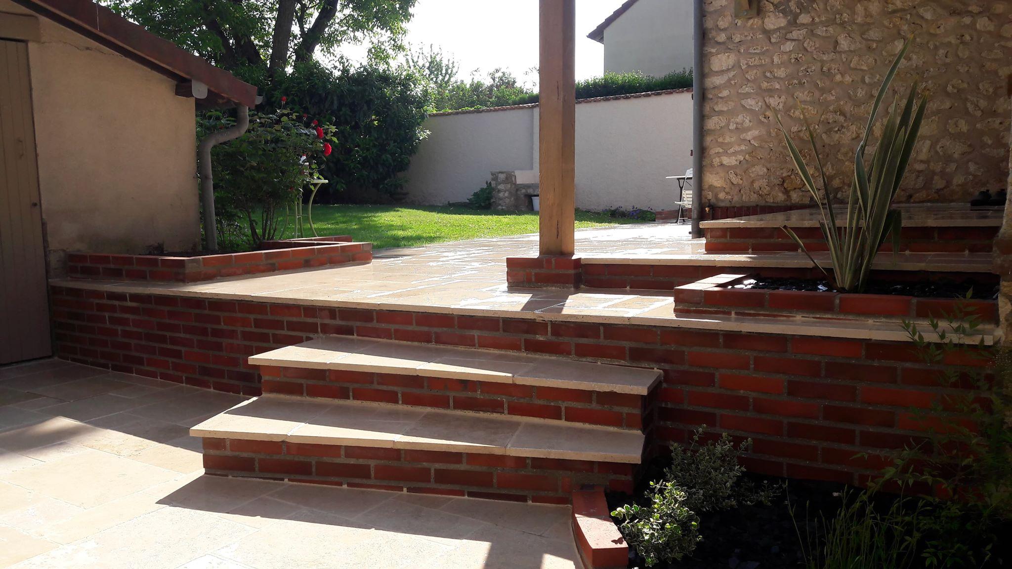 Escalier et terrasse -Travertin calcaire et briquettes rouges